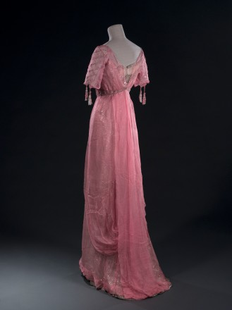 - Robe du soir (non griffée), début XXème siècle. Mousseline de soie rose, tulle ivoire brodé de paillettes, tulle ivoire, broderies de perles et de strass