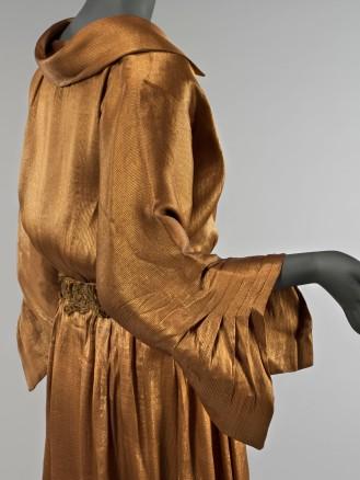 Chéruit, ensemble, 1921- 1922. Robe en lamé or, ceinture en lamé or et cordonnet jaune et fils métalliques or. Culotte en pongé de soie brun orangé et lamé or.