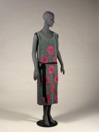 Robe du soir (non griffée), vers 1922-1924. Crêpe de soie noir, broderies de perles turquoise, de perles transparentes argentées, de fils de soie rose fuchsia et bronze (motifs d'écailles et fleurs). Fleurs en velours rose.
