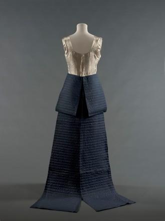 Jeanne Lanvin, Robe du soir « Walkyrie » ou « Brunehilde », 1935. Robe en lamé or, ceinture en soie bleu marine surpiquée.