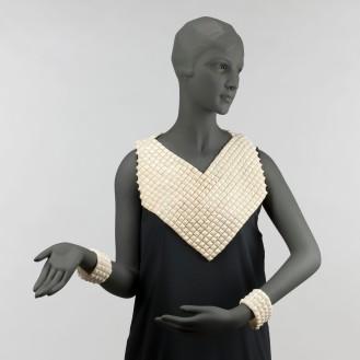 Jeanne Lanvin, plastron et paire de manchettes « Sèvres », 1934- 1935. Cabochons en celluloïd ivoire en pointes de diamants cousus sur un fond en toile de soie ivoire.