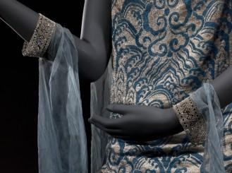 Robe du soir (non griffée), 1920- 1925. Lamé argent et bleu, pans en mousseline de soie bleue, broderies de strass sur tulle de soie bleu.