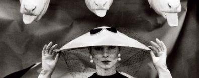 Vogue Paris - February 1955 Guy Bourdin, Vogue France, février 1955 © Estate of Guy Bourdin, reproduit avec l'autorisation de Art + Commerce