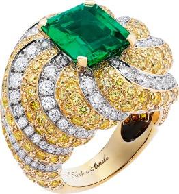 White gold, yellow gold, round diamonds, gradation of yellow to brown diamonds, one emerald-cut emerald of 4.48 carats (origin: Zambia).