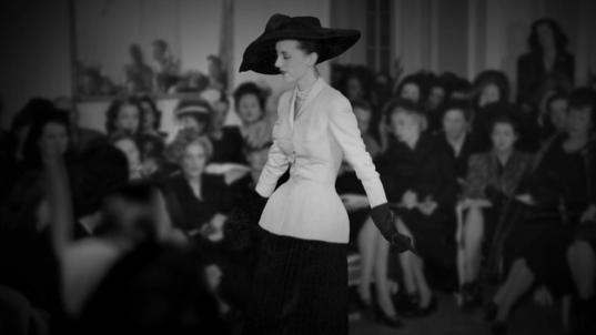 When comparing the 1947 show and last September's show in Paris, we realize of the radical shift fashion was at the center of those last decades. From a privileged show to the showcase of celebrities and B-series fashion bloggers, the House of Dior had to adapt itself through the years and through the trends...