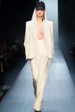 Winner: Look 3: Then comes another white smoking… still Jean-Paul Gaultier! But look at this, it is so beautiful with the thin veil coming out of the cap. Another tip: wear a smoking with a cap, it gives a little something more.
