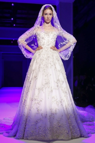 Then comes the bridal at Ralph and Russo, last collection of the week. It's not as impressive as the two other ones but still I think it's a very romantic dress with the little 18th Century kind of details.