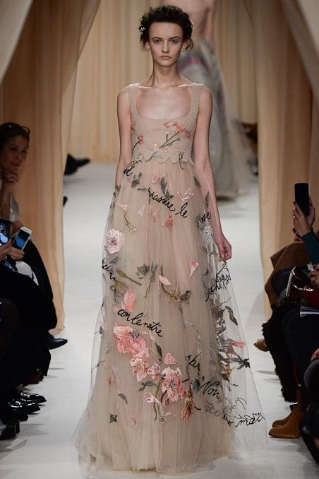 Look 43: Valentino was so poetic as usually. We feel the Italian bonheur de vivre here. And look at his silhouette! So refined! I can't imagine how hard it must have been to work embroideries on such a thin fabric which is tulle. Breathtaking.