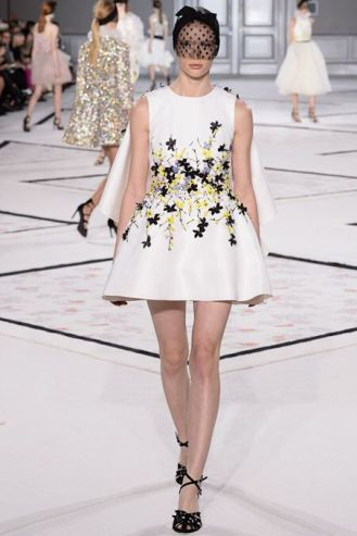 Look 25: On this podium stands of course the unbeatable Giambattista Valli. This dress is so cute for a morning brunch or an evening glass of wine with friends. Again, simple but still it has an impact on your audience. It has beautiful embroideries on the waist and the volume of the dress is great. So chic Madame!