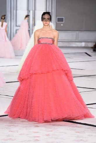 Winner: Look 46: Dramatic, theatrical, royal. This is the closing look of the Giambattista Valli Spring- Summer 2015 collection. Kitsch? Of course it is, but I'm sure it's already sold the minute I'm writing these words. The fact is that it doesn't look like too Barbie, actually I think this look is really impressive, it has such an aura of royalty! Wow.